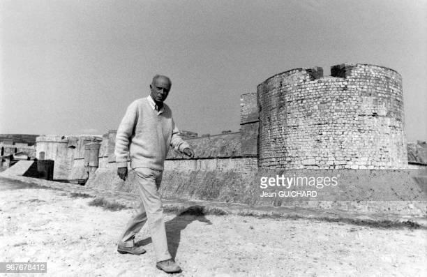 L'écrivain Claude Simon prix Nobel de Littérature 1985 photographié dans son village de SalsesleChâteau France le 18 octobre 1985