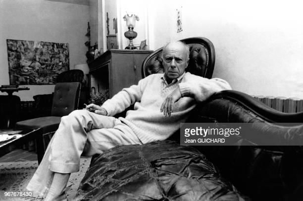 L'écrivain Claude Simon prix Nobel de Littérature 1985 photographié dans son salon à SalsesleChâteau France le 18 octobre 1985