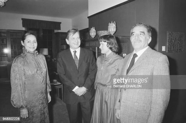 L'écrivain colombien Gabriel Garcia Marquez et sa femme Mercedes Barcha en compagnie du Premier ministre suédois Olof Palme et de son épouse Lisbet...