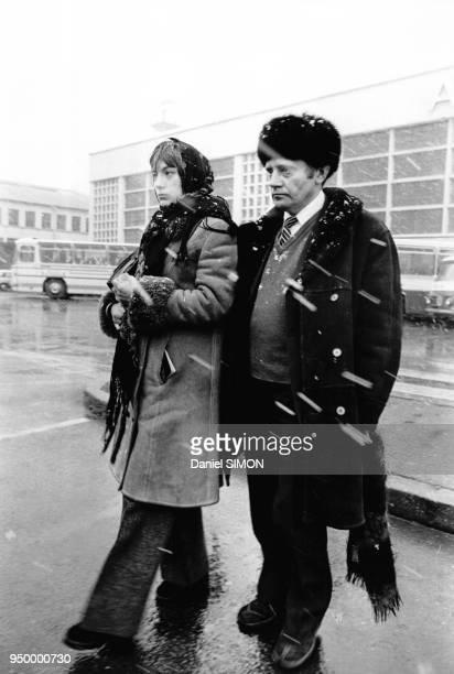 L'écrivain dissident russe arrive sur le sol français le 1e mars 1974 accompagné de son épouse aéroport du Bourget Paris