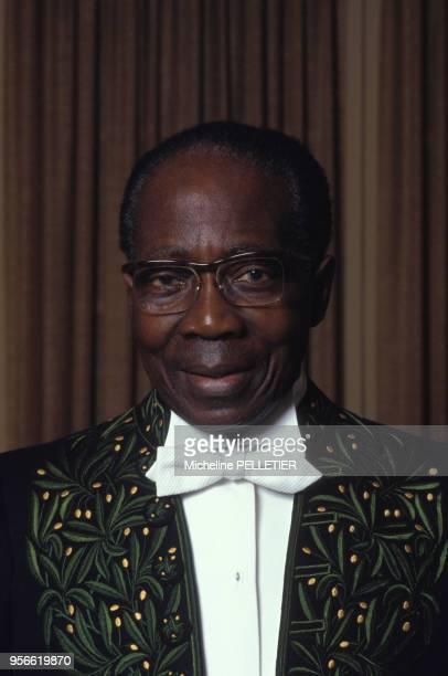 écrivain et ancien président sénégalais Léopold Sédar Senghor en costume de l'Académie française en juin 1983 à Paris, France.
