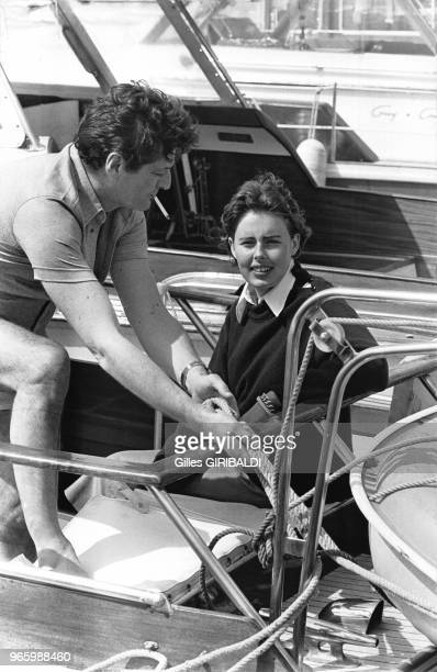L'écrivain et journaliste Paul Bonnecarrère et l'écrivaine Joan Hemingway appareillent du port de SaintTropez France en juin 1973
