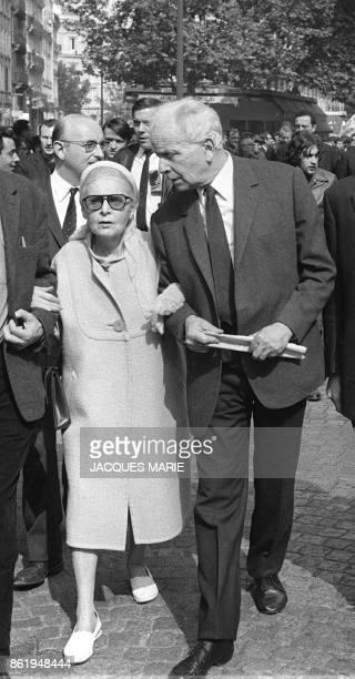 L'écrivain et poète communiste Louis Aragon et sa femme la romancière d'origine russe Elsa Triolet marchent à la tête d'une manifestation du Parti...