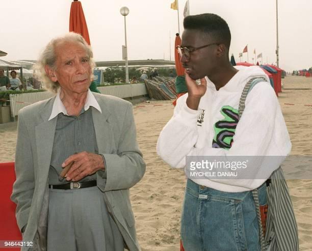 L'écrivain et réalisateur américain Samuel Fuller parle avec son compatriote le jeune réalisateur Matty Rich 19 ans le 03 septembre 1991 sur la plage...