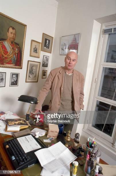 écrivain français Gabriel Matzneff dans son appartement parisien