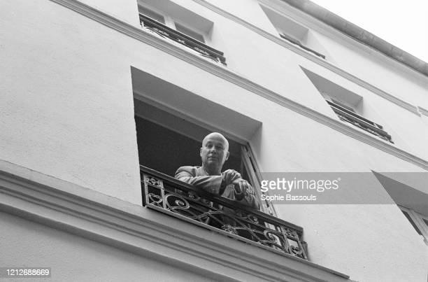 écrivain français Gabriel Matzneff à la fenêtre de son appartement parisien
