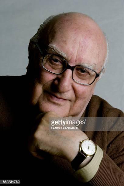 L'écrivain italien Andrea Camilleri chez lui à Rome le 23 décembre 2005 Italie