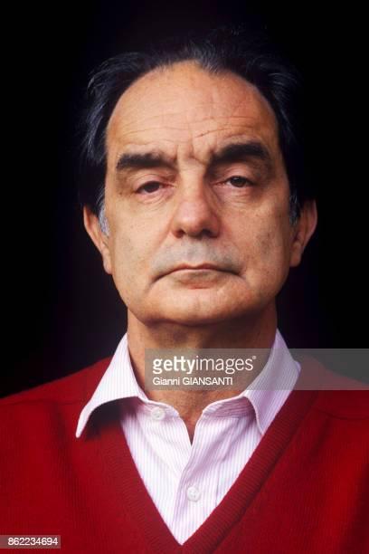 L'écrivain italien Italo Calvino chez lui à Rome en décembre 1984 Italie