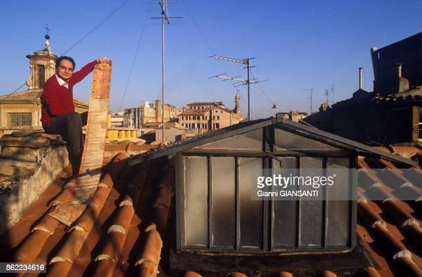 L'écrivain italien Italo Calvino sur le toit de son appartement à Rome en décembre 1984 Italie