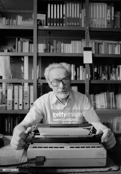 L'écrivain italien Primo Levi chez lui à Rome en janvier 1986 Italie
