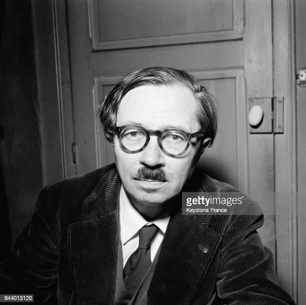 L'écrivain Jean Guéhenno photographié chez lui après l'attribution du Grand Prix littéraire de la Ville de Paris pour l'ensemble de son oeuvre à...