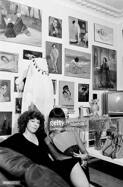 L'écrivain réalisatrice Régine Deforges et l'actrice Béatrice lors du tournage du film 'Les filles de madame Claude' par Régine Deforges adaptation...
