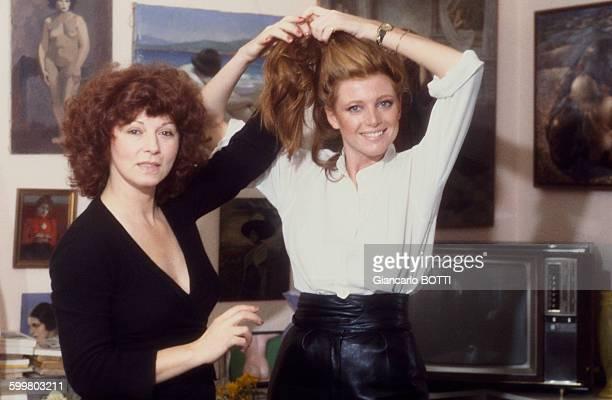 L'écrivain réalisatrice Régine Deforges et l'actrice Françoise Gayat lors du tournage du film 'Les filles de madame Claude' par Régine Deforges...