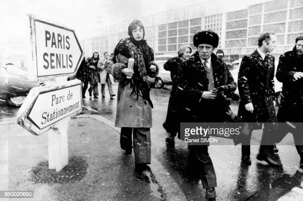 L'écrivain russe dissident soviétique à l'aéroport du Bourget accompagné de son épouse Paris France en mars 1974