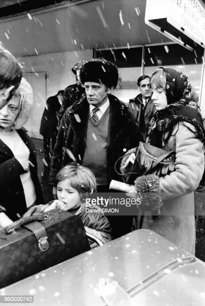 L'écrivain russe Vladimir Maximov chef de file de la dissidence soviétique arrive à l'aéroport du Bourget accompagné de son épouse sa sur et son...