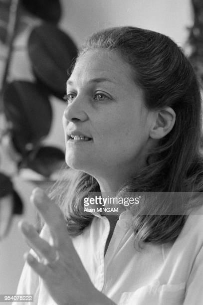 L'écrivaine Elisabeth Badinter chez elle à Paris en mai 1983 France