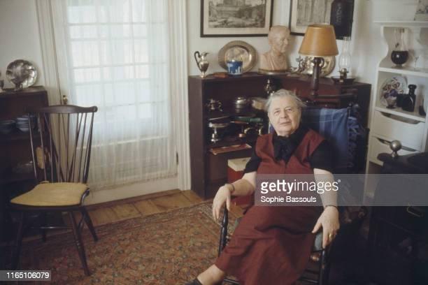 écrivaine française Marguerite Yourcenar chez elle à Northeast Harbor dans le Maine aux Etats-Unis