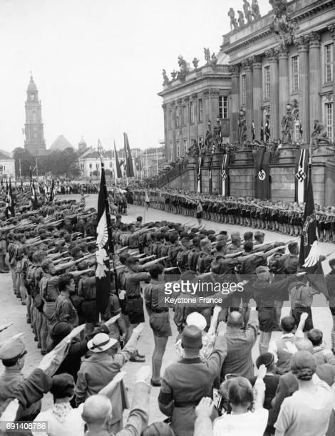 Cérémonie au château du SansSouci lors de la visite des Jeunesses Hitlériennes de l'étranger circa 1930 à Potsdam Allemagne