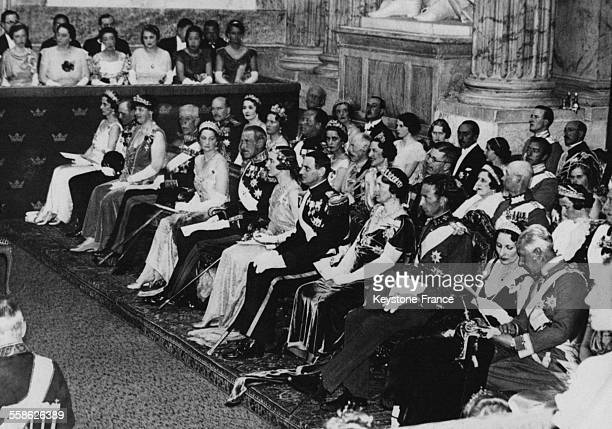 Cérémonie de mariage avec de gauche à droite le prince héritier Gustave de Suède le prince héritier Olav de Norvège le roi Gustave V de Suède la...
