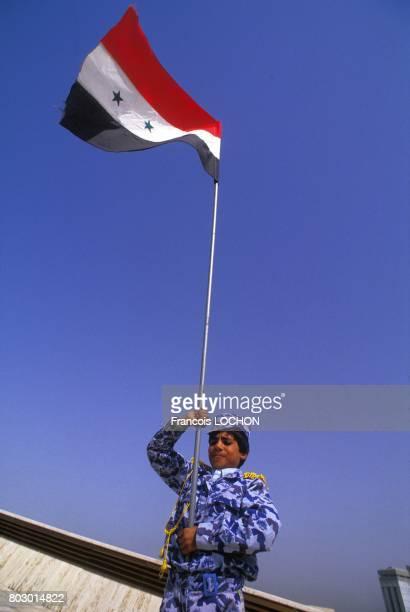 Cérémonie devant le monument des martyrs AlShaheed construit par Saddam Hussein en mémoire des soldats irakiens disparus pendant la guerre IranIrak...