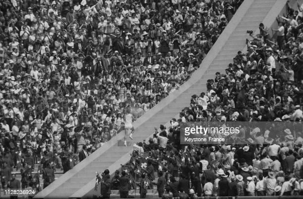 Cérémonie d'ouverture des Jeux, la flamme olympique est portée jusqu'à la vasque, à Mexico, Mexique, le 12 octobre 1968.