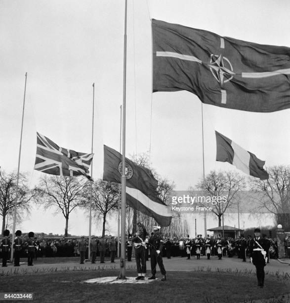 Cérémonie du 7e anniversaire de l'Alliance Atlantique les drapeaux des Nations de l'OTAN sont hissés au premierplan le drapeau de l'OTAN à...