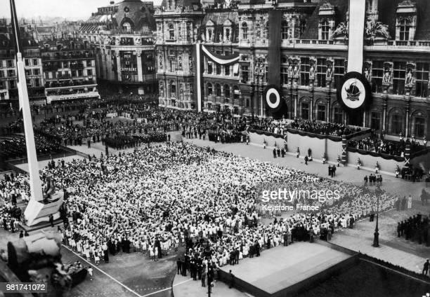 Cérémonie lors du 150ème anniversaire du drapeau tricolore devant l'hôtel de ville à Paris en France le 12 juillet 1939