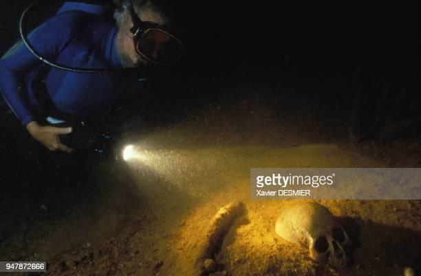 Crâne d'un soldat japonais découvert sous l'eau lors d'une expédition de JacquesYves Cousteau dans le lagon de Chuuk en mai 1995 Micronésie