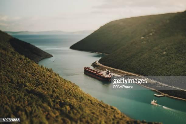 Kroatien, Frachtschiff an Adria Küste