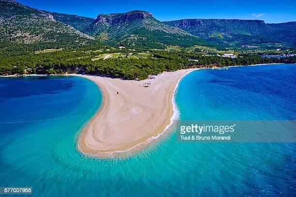 croatia, dalmatia, brac island, zlatni rat beach - croacia fotografías e imágenes de stock
