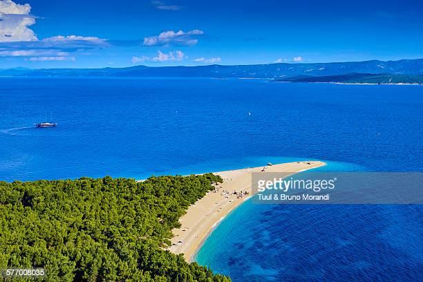 croatia, dalmatia, brac island, zlatni rat beach - zlatni rat fotografías e imágenes de stock