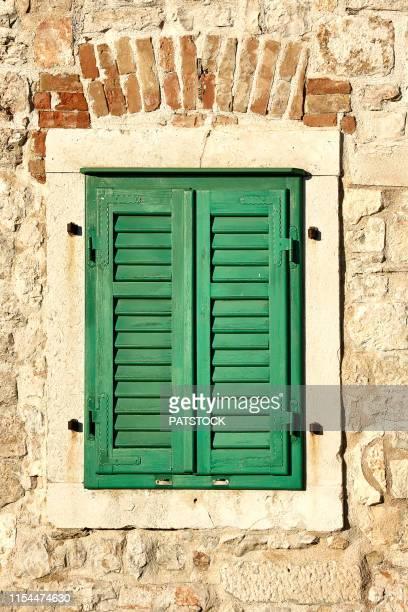 croatia, sibenik - green wooden window shutters in the old town - 石造りの家 ストックフォトと画像