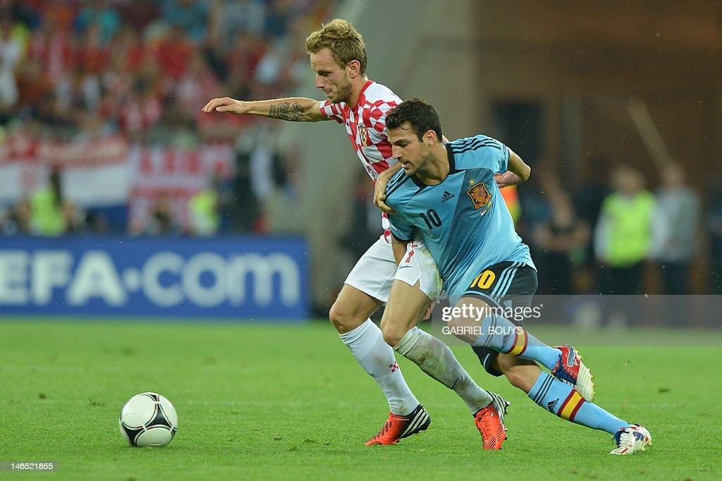 Croatian midfielder Ivan Rakitic (L) vie : News Photo
