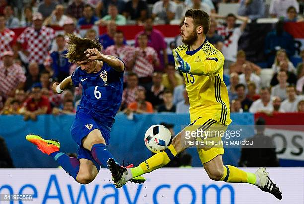 TOPSHOT Croatia's defender Tin Jedvaj challenges Spain's goalkeeper David De Gea during the Euro 2016 group D football match between Croatia and...