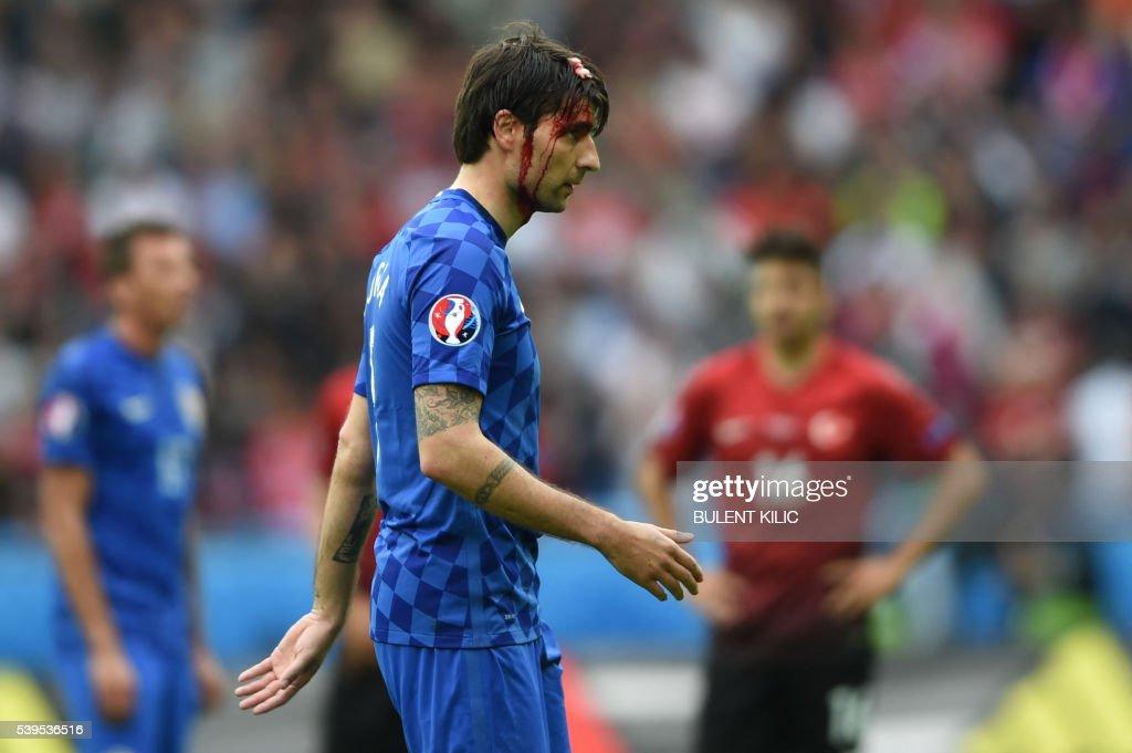 TOPSHOT-FBL-EURO-2016-MATCH5-TUR-CRO : Fotografía de noticias