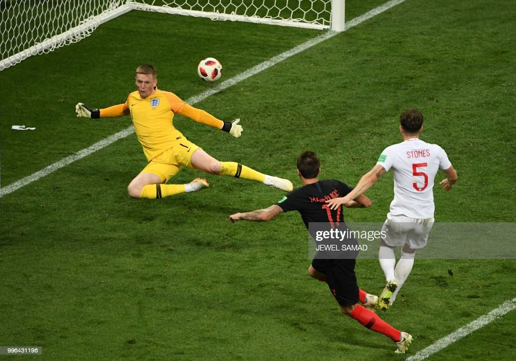 TOPSHOT - Croatia's forward Mario Mandzukic (C) shoots and scores his team's second goal during the Russia 2018 World Cup semi-final football match between Croatia and England at the Luzhniki Stadium in Moscow on July 11, 2018. (Photo by Jewel SAMAD / AFP) / RESTRICTED