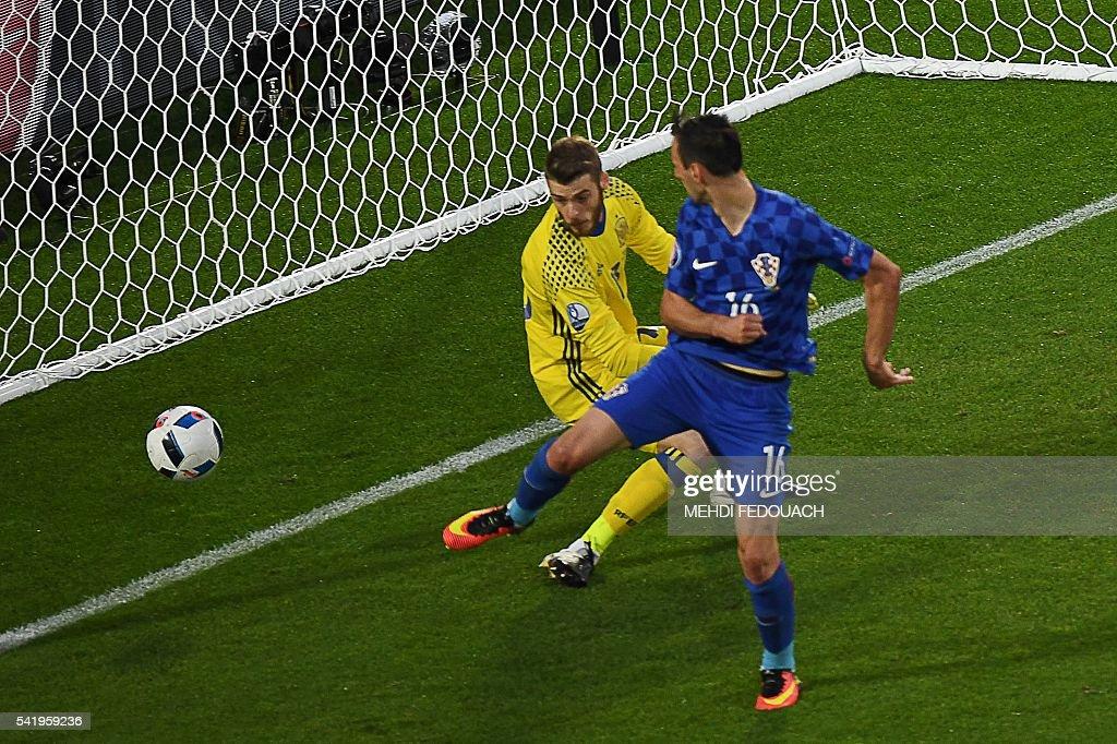 Croatia's forward Nikola Kalinic (R) scores past Spain's goalkeeper David De Gea during the Euro 2016 group D football match between Croatia and Spain at the Matmut Atlantique stadium in Bordeaux on June 21, 2016. / AFP / MEHDI