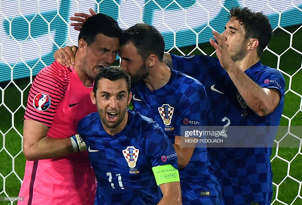 Croatia's goalkeeper Danijel Subasic (L) celebrates with teammates after saving a penalty during the Euro 2016 group D football match between Croatia and Spain at the Matmut Atlantique stadium in Bordeaux on June 21, 2016. / AFP / MEHDI