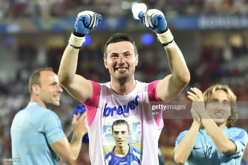 Croatia's goalkeeper Danijel Subasic greets the fans following their victory during the Euro 2016 group D football match between Croatia and Spain at the Matmut Atlantique stadium in Bordeaux on June 21, 2016. / AFP PHOTO / Georges GOBET