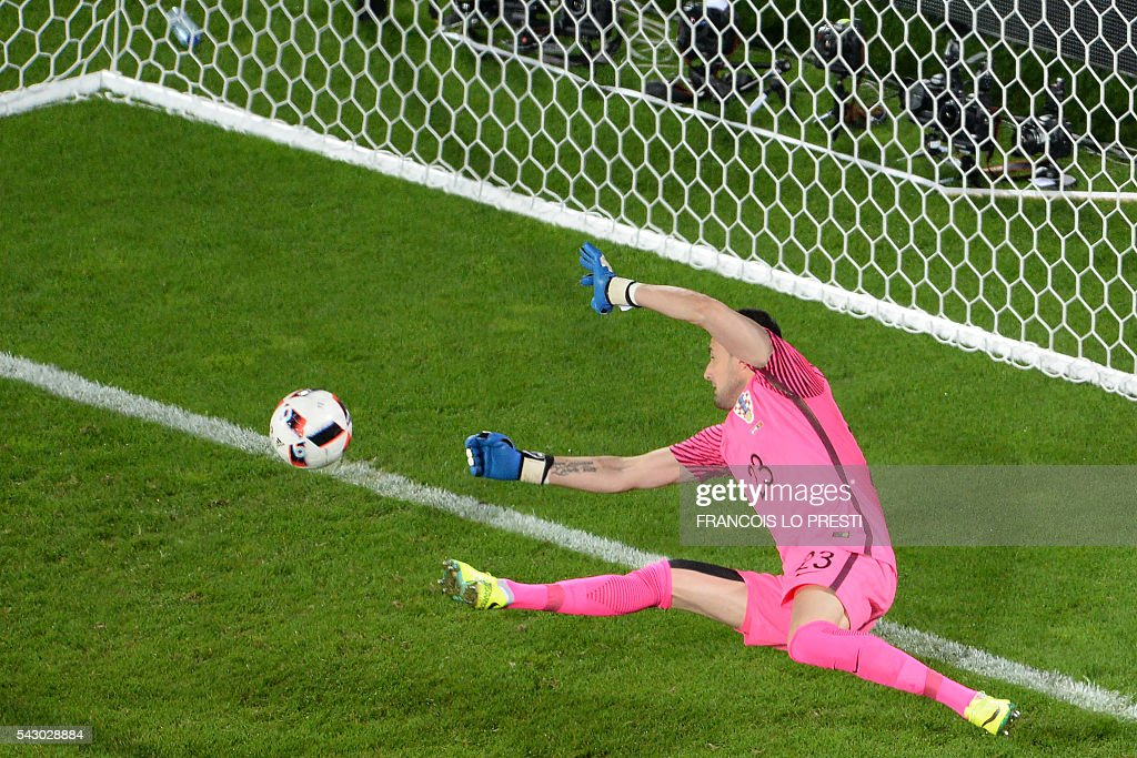 TOPSHOT - Croatia's goalkeeper Danijel Subasic tries to stop Portugal's goal during the extra-time in the Euro 2016 round of sixteen football match Croatia vs Portugal, on June 25, 2016 at the Bollaert-Delelis stadium in Lens. / AFP / FRANCOIS