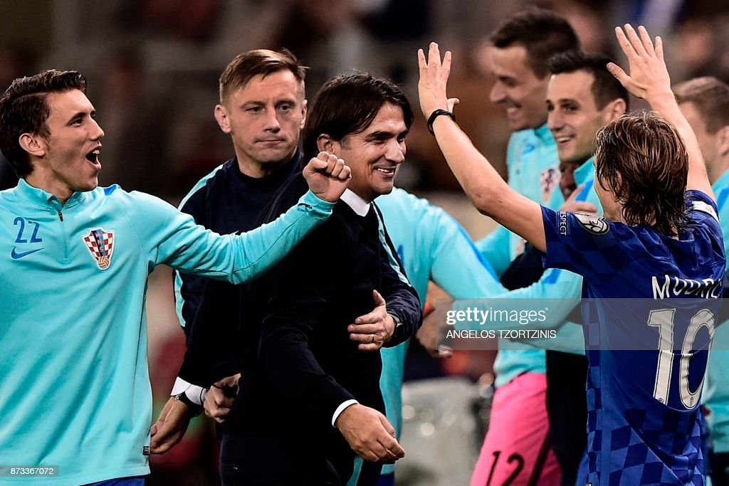 TOPSHOT - Croatia's head coach Zlatko Dalic (C) celebrates with his team after winning the World Cup 2018 play-off football match between Greece and Croatia, on November 12, 2017 at the Georgios Karaiskakis Stadium in Piraeus. - Croatia qualified for the 2018 World Cup by holding Greece to a 0-0 draw in the second leg of their play-off in Piraeus for a 4-1 win on aggregate.