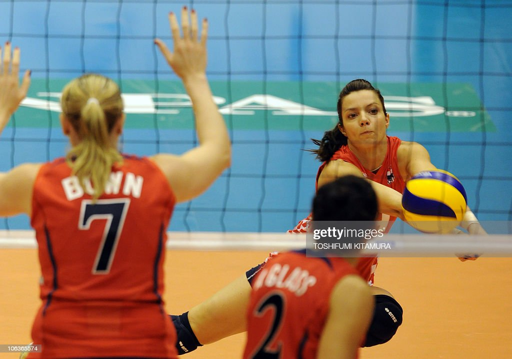 Croatia's libero Mirela Bares (R) receiv : News Photo