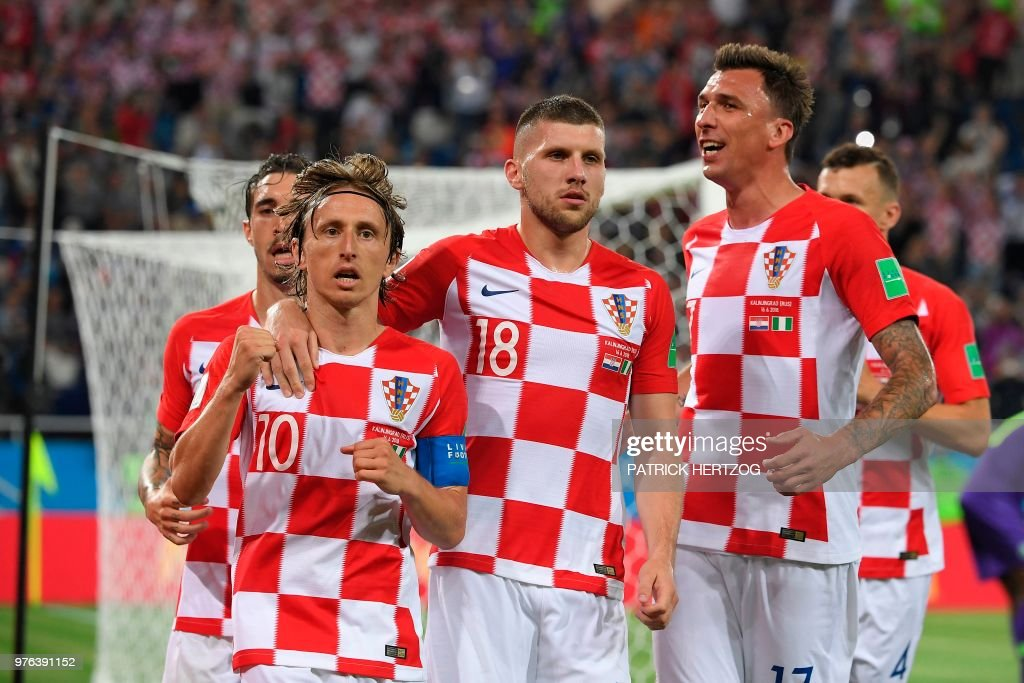 Croatia's midfielder Luka Modric (L) celebrates scoring a penalty with his teammates during the Russia 2018 World Cup Group D football match between Croatia and Nigeria at the Kaliningrad Stadium in Kaliningrad on June 16, 2018. (Photo by Patrick HERTZOG / AFP) / RESTRICTED