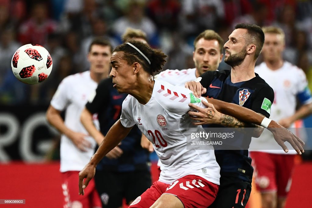 TOPSHOT - Croatia's midfielder Marcelo Brozovic (R) challenges Denmark's forward Yussuf Poulsen during the Russia 2018 World Cup round of 16 football match between Croatia and Denmark at the Nizhny Novgorod Stadium in Nizhny Novgorod on July 1, 2018. (Photo by Jewel SAMAD / AFP) / RESTRICTED