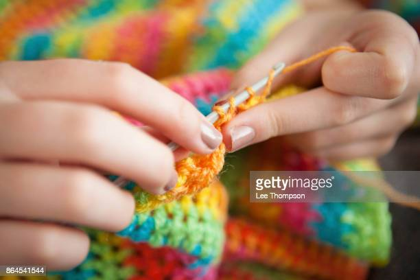 crocheting a blanket - crochet - fotografias e filmes do acervo