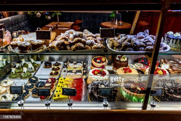 Croissants et gâteaux de Noël dans la vitrine d'une patisserie à Piccadilly Circus, le 11 décembre 2019 à Londres, Royaume-Uni.