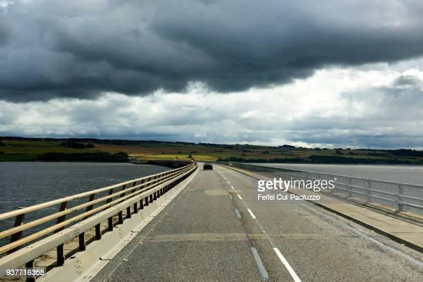cromarty bridge, cromarty firth in scotland. - 湾 ストックフォトと画像