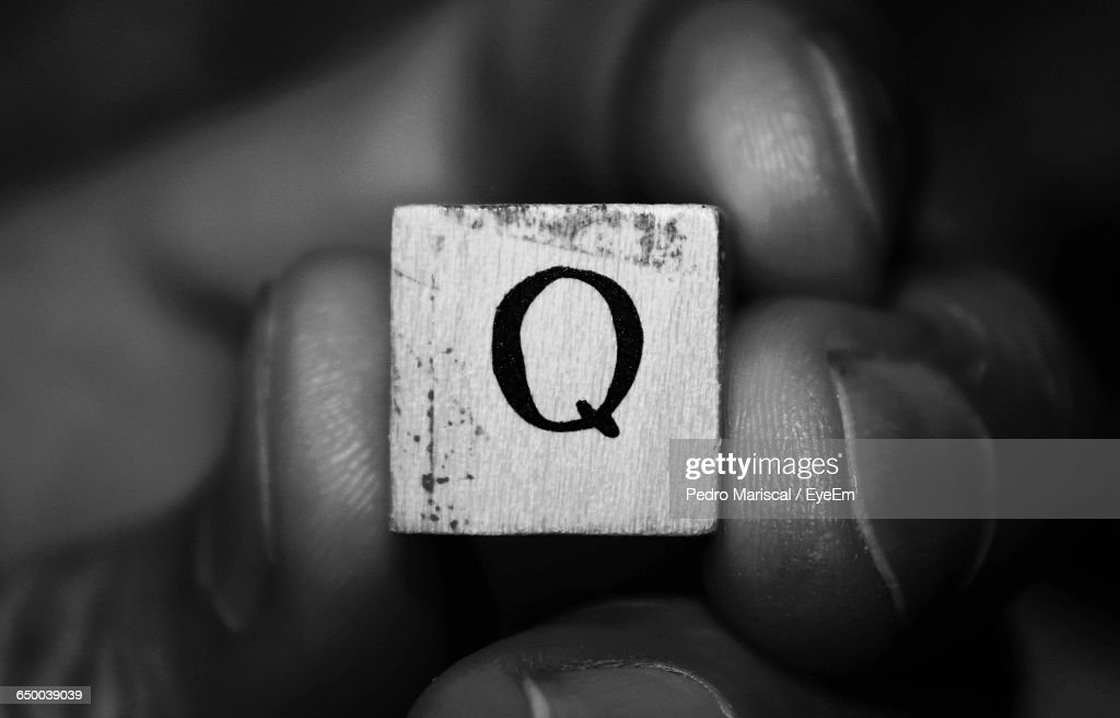 Cropped Hand Holding Letter Q Block : Stock-Foto