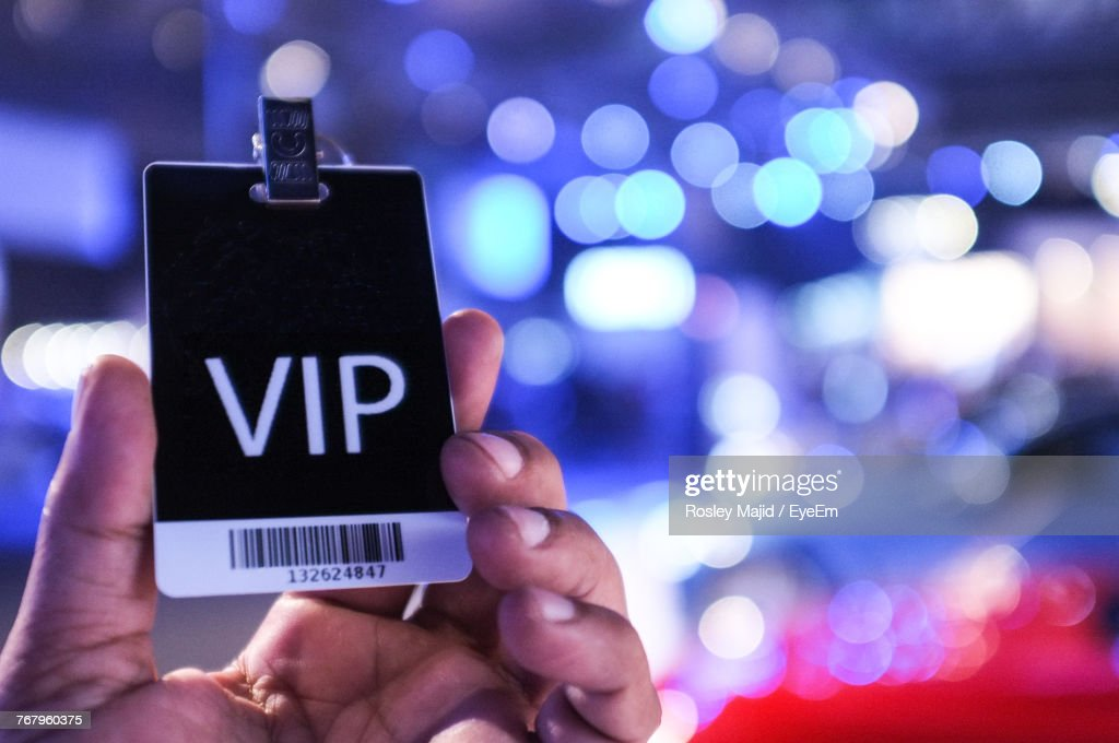 Cropped Hand Of Person Holding Vip Text On Card : Stockfoto
