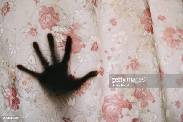 cropped hand of woman seen through curtain - assassino - fotografias e filmes do acervo
